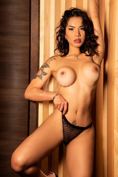 Puttana bruna di lusso per girlfriend experience a Barcellona, in lingerie, Agatha