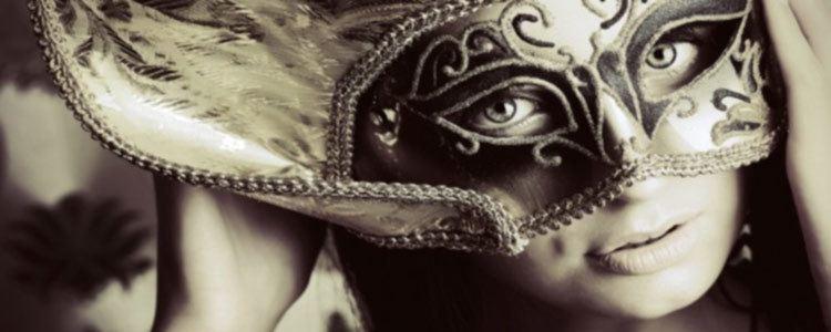 chica de compañía con máscara